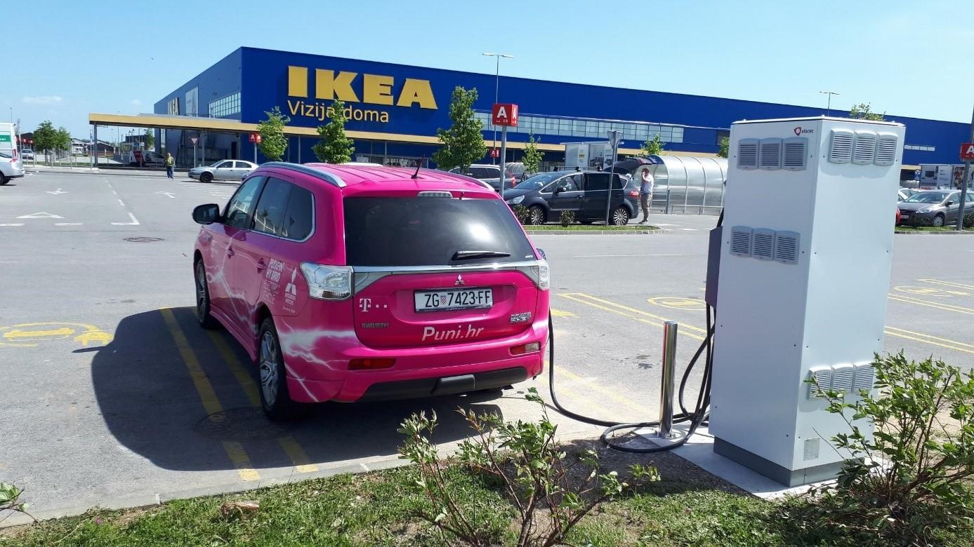 Brza e-punionica na parkiralištu trgovačkog centra IKEA Hrvatska.